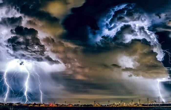Mesaj RO-ALERT de vreme rea în București și Ilfov! Furtunile violente au doborât mai mulți copaci și au afectat rețeaua electrică