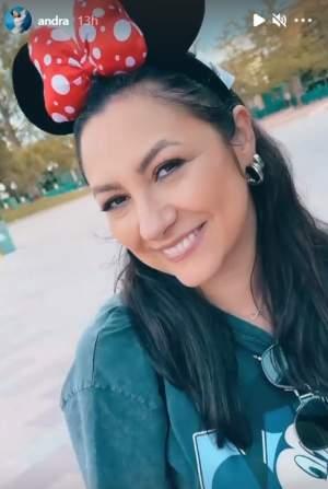 Andra, imagini din vacanța de la Disneyland. Cântăreața a plecat cu toată familia în Paris pentru câteva zile