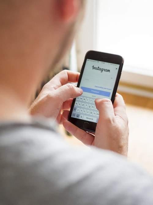 bărbat cu un smartphone în mână