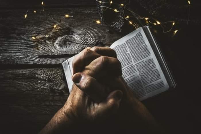om care se roagă