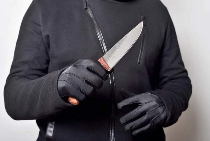 Caz șocant în Argeș. Un bărbat le-a sechestrat pe nora și nepoata lui, apoi le-a amenințat cu un cuțit