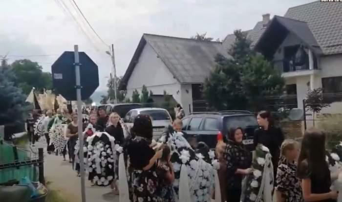Victimele accidentului din Bacău au fost conduse ieri pe ultimul drum. Sute de oameni și-au luat adio de la cele șapte persoane ucise în tragedie / VIDEO