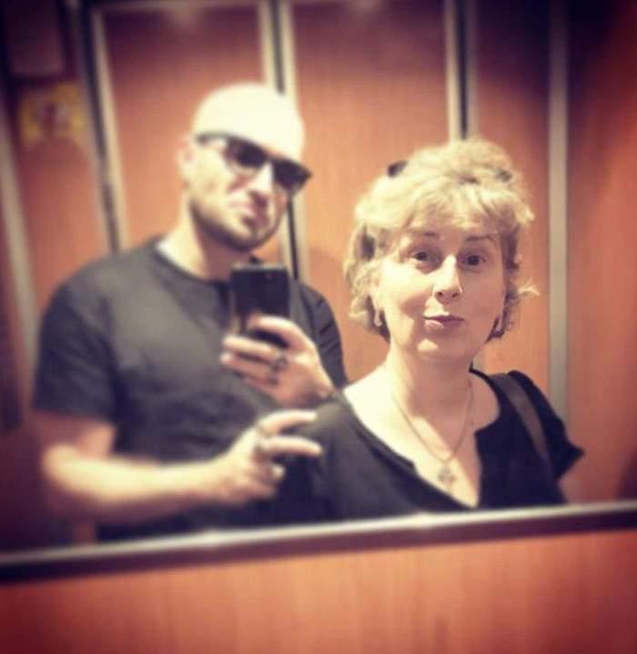 Mihai Bendeacși mama sa, fotografie în oglinda din lift