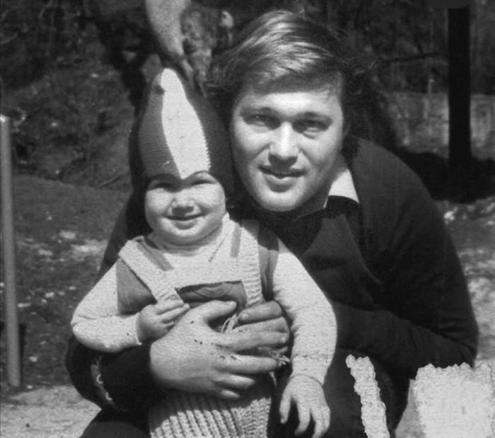 Fotografie alb-negru cu Mihai Bendeac și tatăl lui