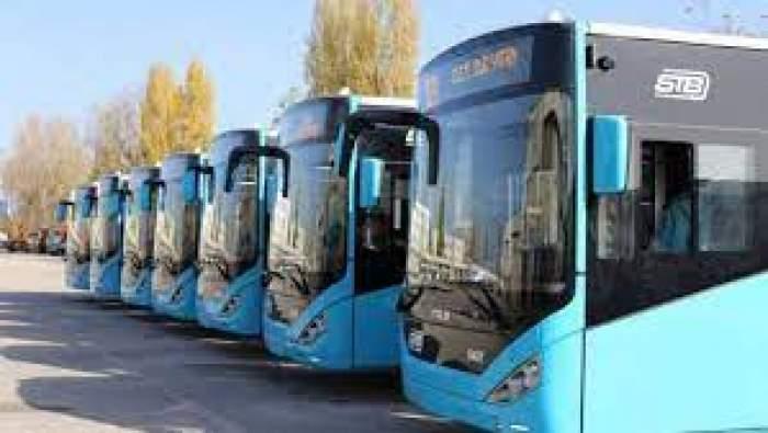 Mai multe autobuze parcate