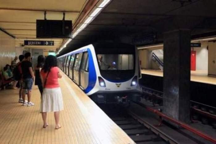 Oameni care stu în stația de metrou
