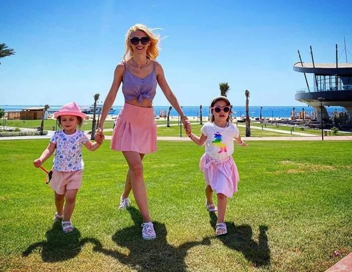 Andreea Bălan de mână cu fiiceile sale, în vacanță
