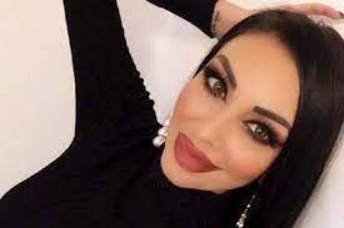 Andreea Podărescu, îmbrăcată în negru, selfie acasă