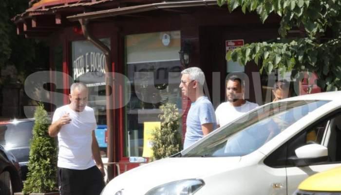 Dan Diaconescu, pe stradă, alături de alți bărbați