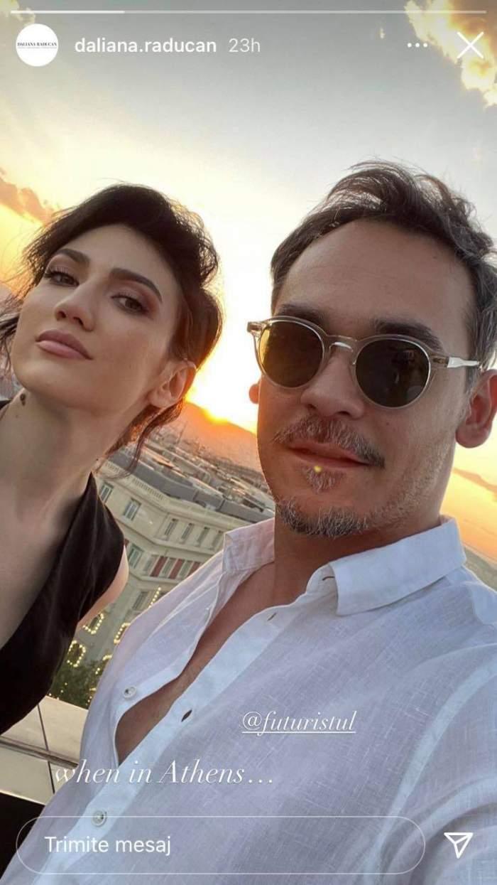 Răzvan Simion și Daliana Răducan într-un selfie din Grecia. Ea are părul prins în coc și poartă rochie neagră, iar el ochelari de soare și cămașă albă.