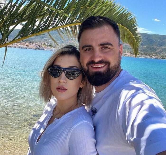 Adda și Cătălin Rizea sunt în vacanță în Grecia și stau lângă mare. Amândoi poartă tricouri albe.
