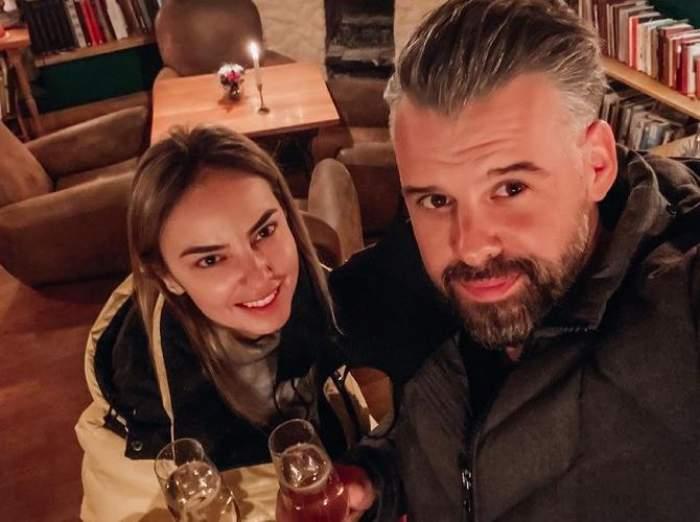 Roxana Ionescu și Tinu Vidaicu își fac un selfie. Amândoi zâmbesc și țin două pahare în mâini.