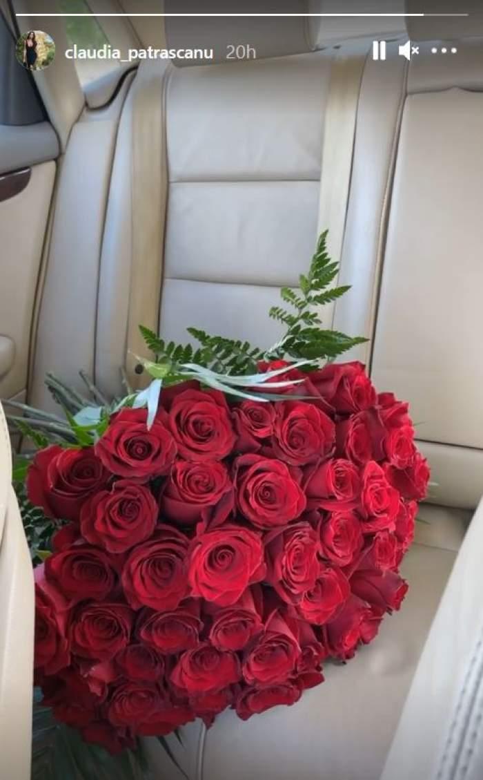 Claudia Pătrășcanu a primit un buchet de trandafiri roșii și l-a pus pe bancheta din spate a mașinii.