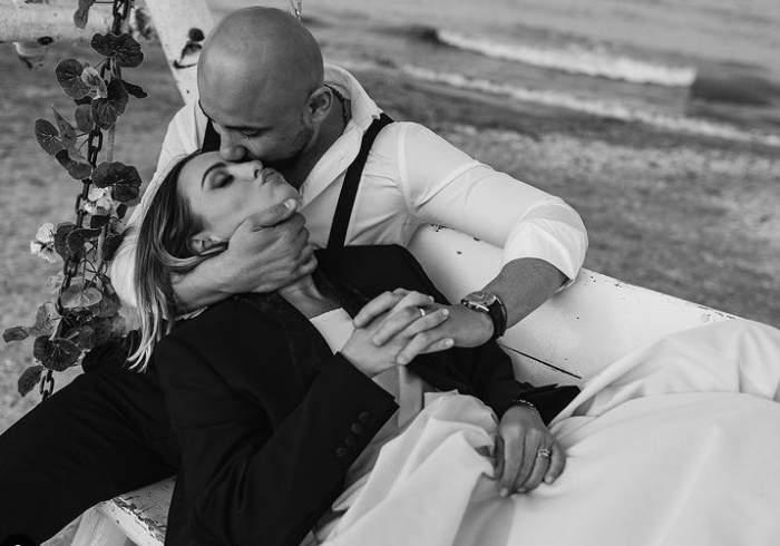 alexandra stan si sotul ei pe plaja alb negru