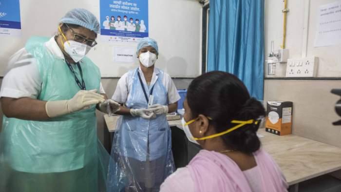 Caz șocant în India! Mii de oameni au fost vaccinați cu apă și sare împotriva Covid-19 în centre false de imunizare