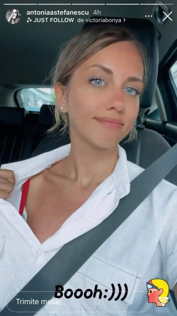 Antonia Ștefănescu e în mașină, poartă centură de siguranță și cămașă albă și le arată fanilor că s-a bronzat pe nas și umăr.