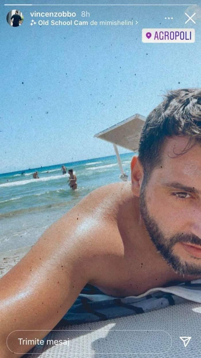 Vincenzo Aiello e la plajă în Italia și stă pe burtă.
