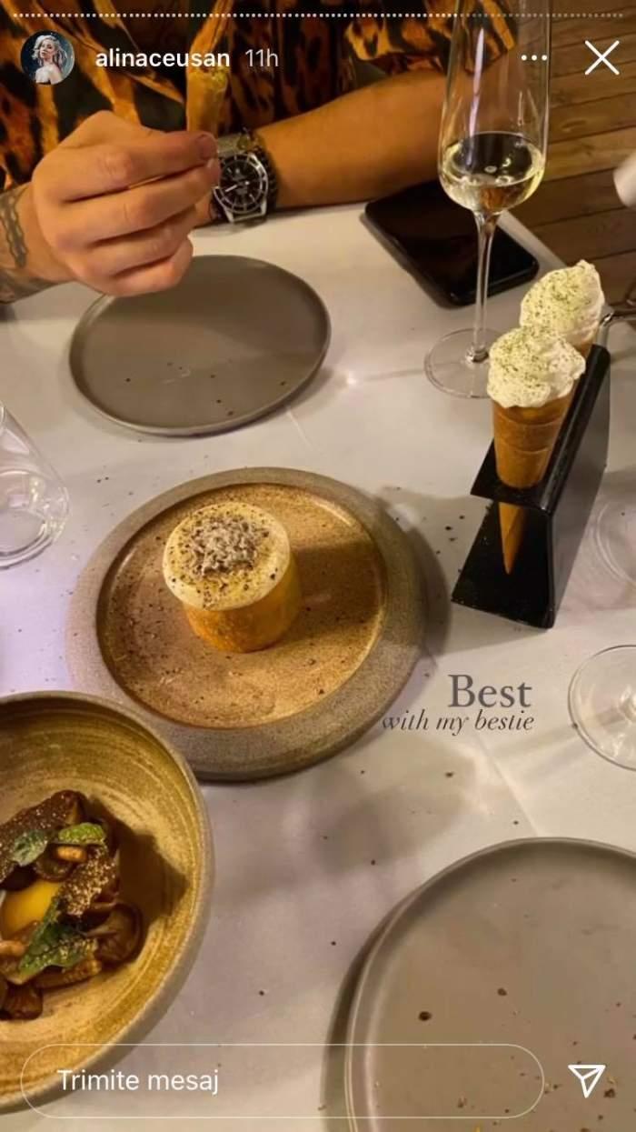 Mâncarea servită de Alina Ceușan la restaurant, odată cu împlinirea a doi ani de căsătorie cu soțul ei. Pe fundal i se văd mâinile lui Raul Tisa, bărbatul ținându-le pe masă.