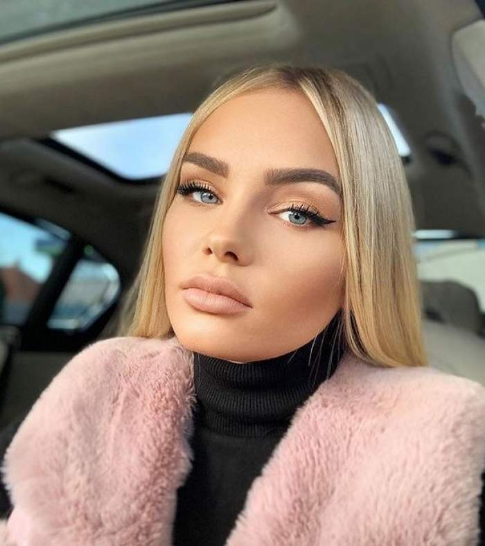 Maria Constantin se află în mașină. Artista poartă o maletă neagră, groasă, și o veste de iarnă, roz.
