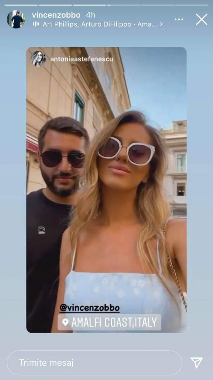 Enzo de la Chefi la cuțite și Antonia Ștefănescu într-un selfie pe străzile Italiei. Amândoi poartă ochelari de soare și zâmbesc.