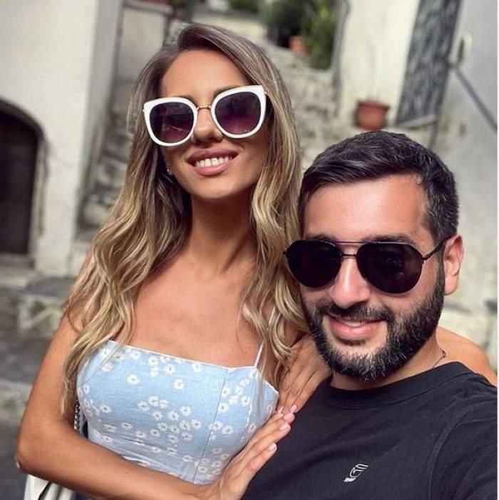 Enzo de la Chefi la cuțite și Antonia Ștefănescu într-un selfie. Ea poartă rochie bleu cu floricele albe și își ține mâinile pe pieptul și umărul lui, iar el poartă tricou negru.