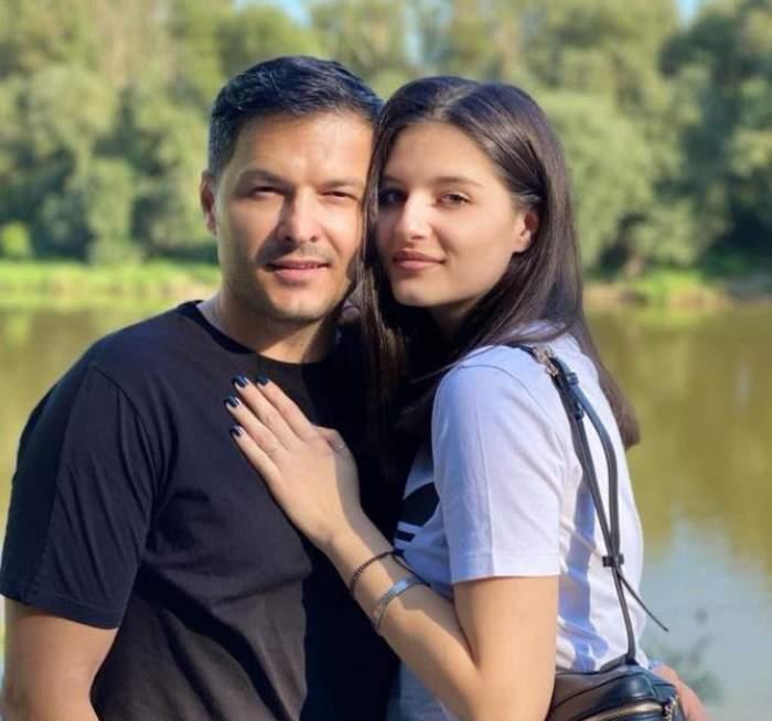 Liviu Vârciu și fiica lui cea mare, Carmina, se țin în brațe. El poartă tricou negru, iar ea unul alb și îi ține mâna pe piept.