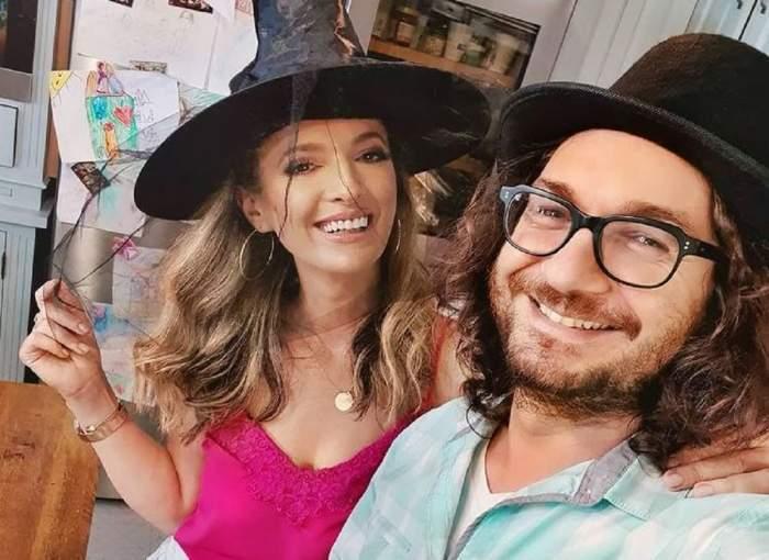 Florin Dumitrescu și soția, zâmbitori, acasă