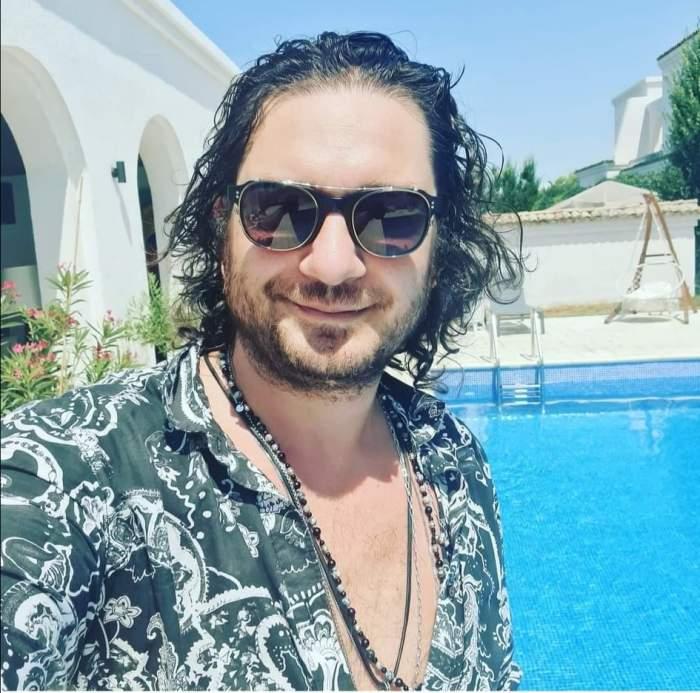 Florin Dumitrescu, cu ochelari de soare, la piscină