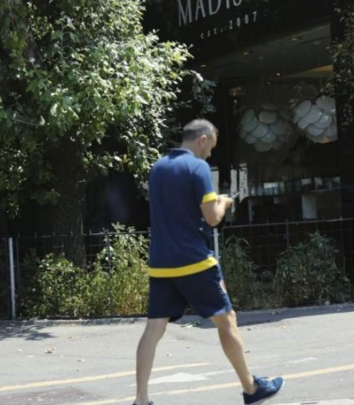 Lucian Sânmărtean, cu telefonul în mână, pe stradă