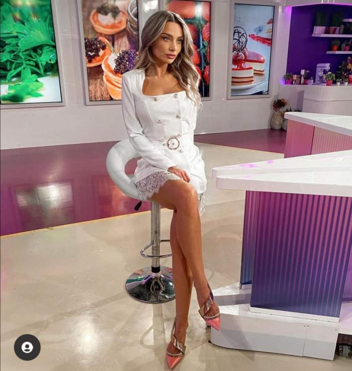 Ramona Ilie stă pe scaun, în rochie albă