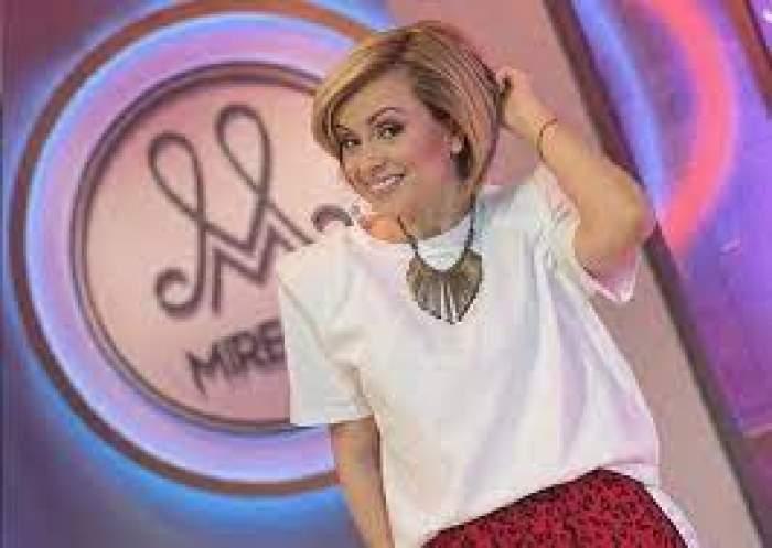 Simona Gherghe, zâmbitoare, cu mâna în păr