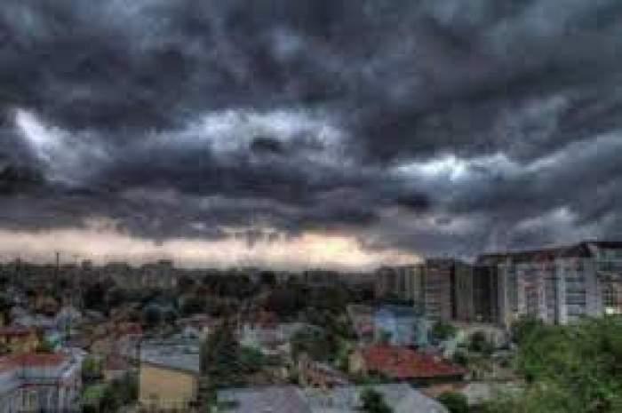 Un oraș peste care cerul este plin de nori
