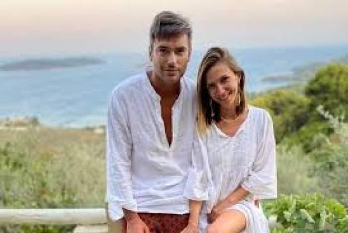 Adela Popescu și Radu Vâlcan, îmbrăcați în alb. pe câmp