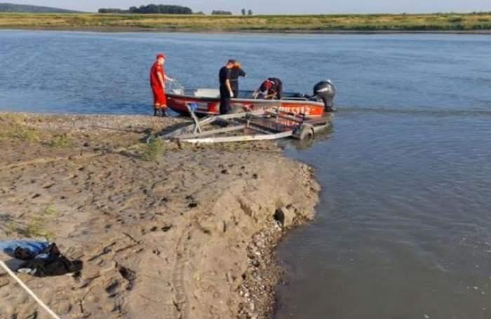 Salvatorii cu barca pe apă