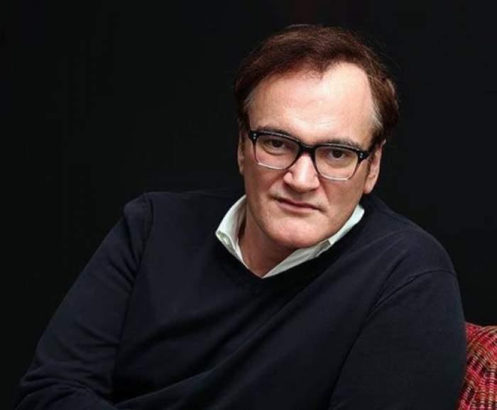 Quentin Tarantino într-un pulover negru