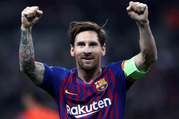 Lionel Messi, zâmbitor, gesticulând pe teren