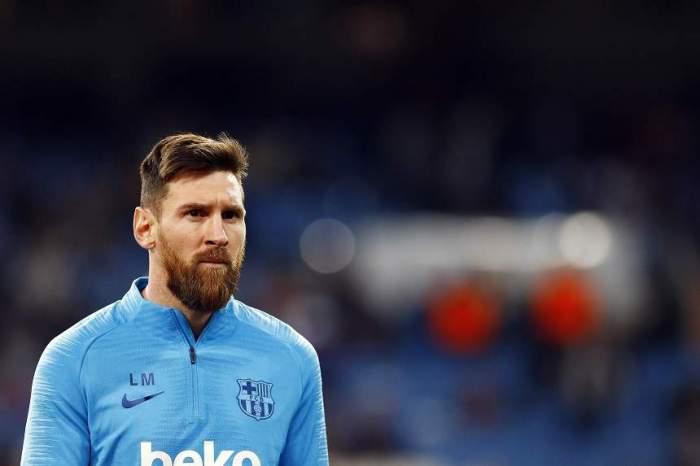 Lionel Messi, îmbrăcat în albastru, pe stadion