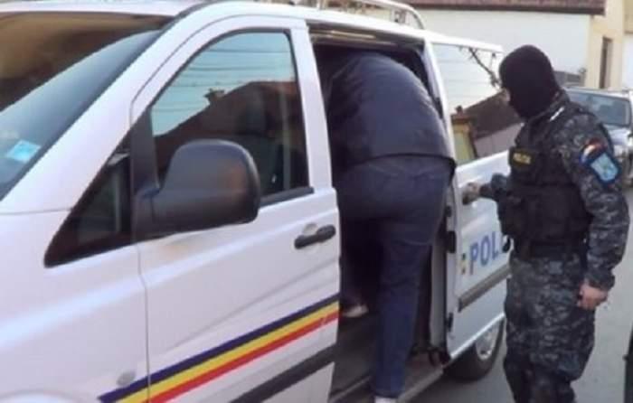 Oamenii legii lângă duba de poliție