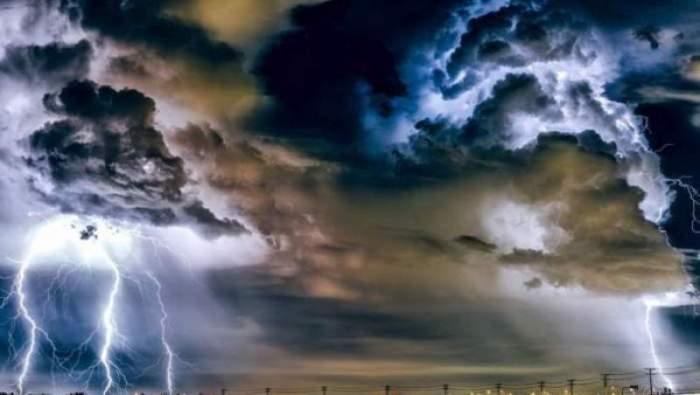 Un cer plin de fulgere și nori negri