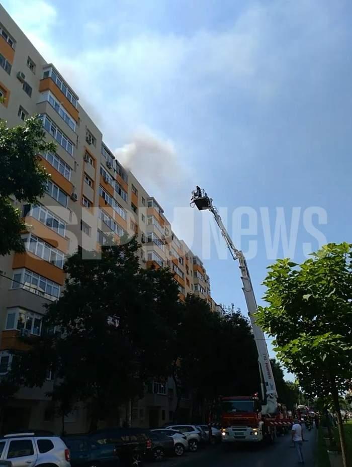 Incendiu puternic în București în aceste momente, la un bloc de locuințe. Mai multe echipaje intervin de urgență / VIDEO
