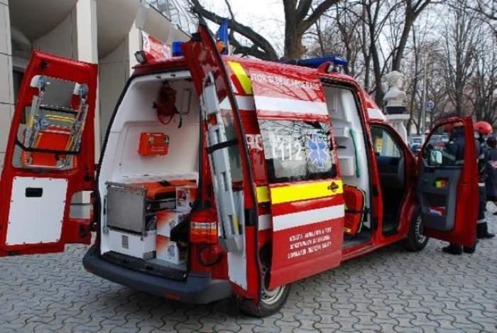 O ambulanță cu ușile deschise