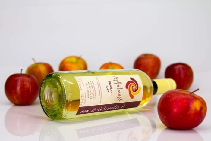 sticlă de cidru lângă mere