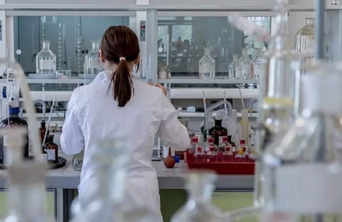 Un medic într-un laborator