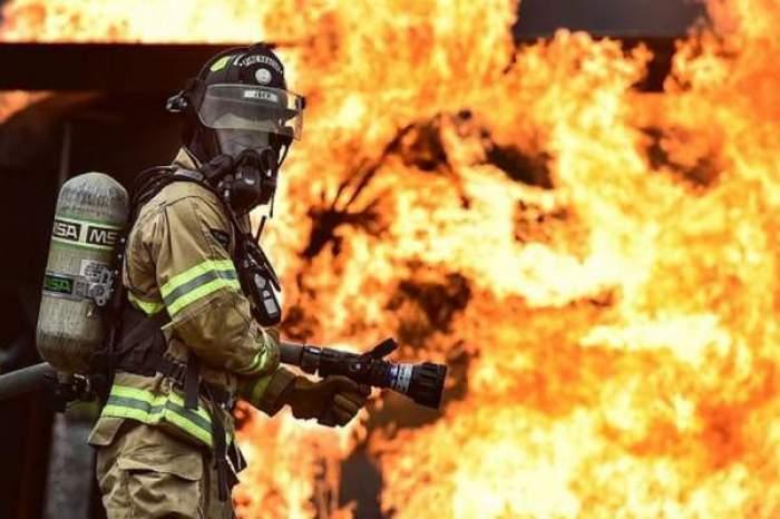 Un pompier care stinge un foc