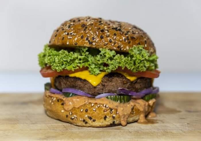 burger pe o suprafață de lemn