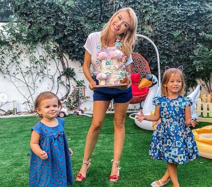 Andreea Bălan, în curte cu fiicele sale