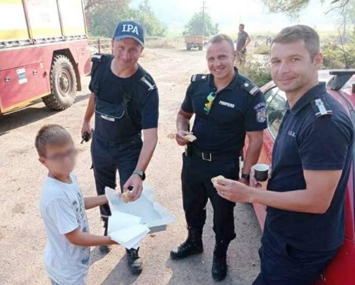 Gest emoționant făcut de un copil pentru pompierii români din Grecia.  Acesta le-a oferit plăcinte și porumb fiert drept mulțumire pentru implicarea lor în stingerea flăcărilor