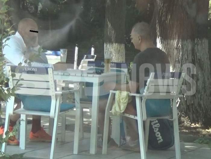 Horațiu Mălăele cu prietenul său la o terasă