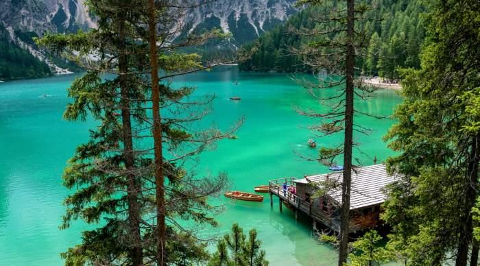 un lac din Italia cu bărcuțe pe el