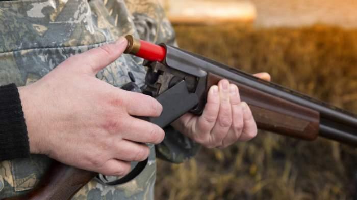 Un bărbat din Vaslui a fost grav rănit în timpul unei partide de vânătoare. Patru degete i-au fost amputate, după ce arma s-ar fi descărcat accidental